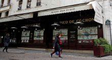 Pessoas usando máscaras passam por restaurante fechado em Paris em meio à pandemia de Covid-19 na França 06/05/2021
