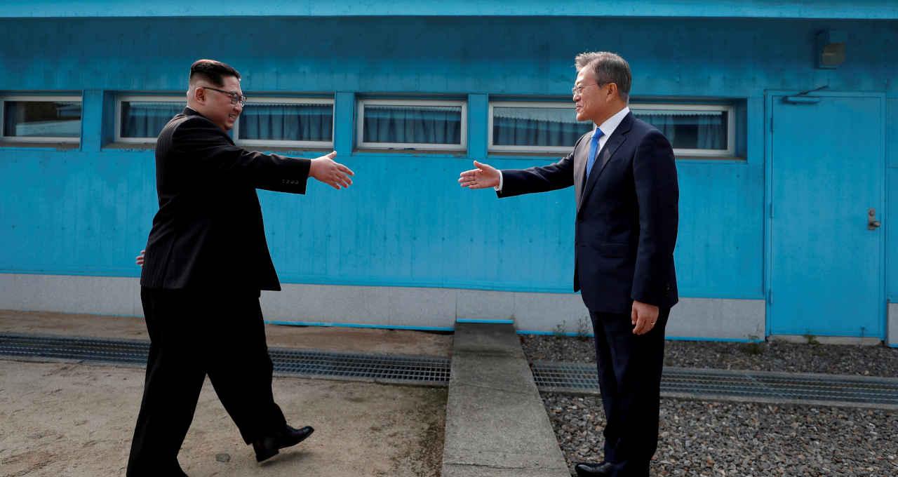 Líder norte-coreano Kim Jong Un e presidente da Coreia do Sul, Moon Jae-in se cumprimentam