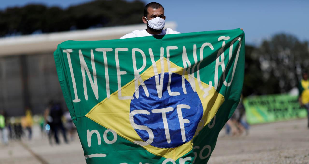 Manifestante com bandeira