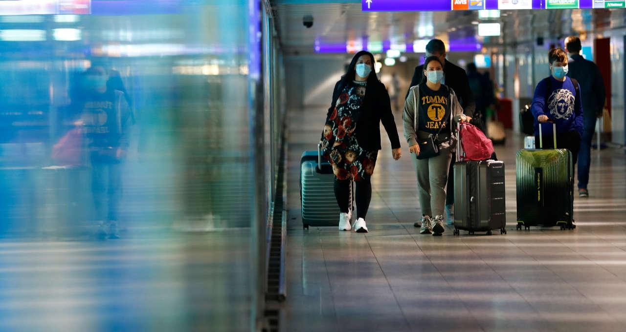 Turistas no aeroporto de Frankfurt