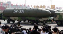 Veículos militares carregam míssil balístico intercontinental durante desfile na Praça da Paz Celestial em Pequim