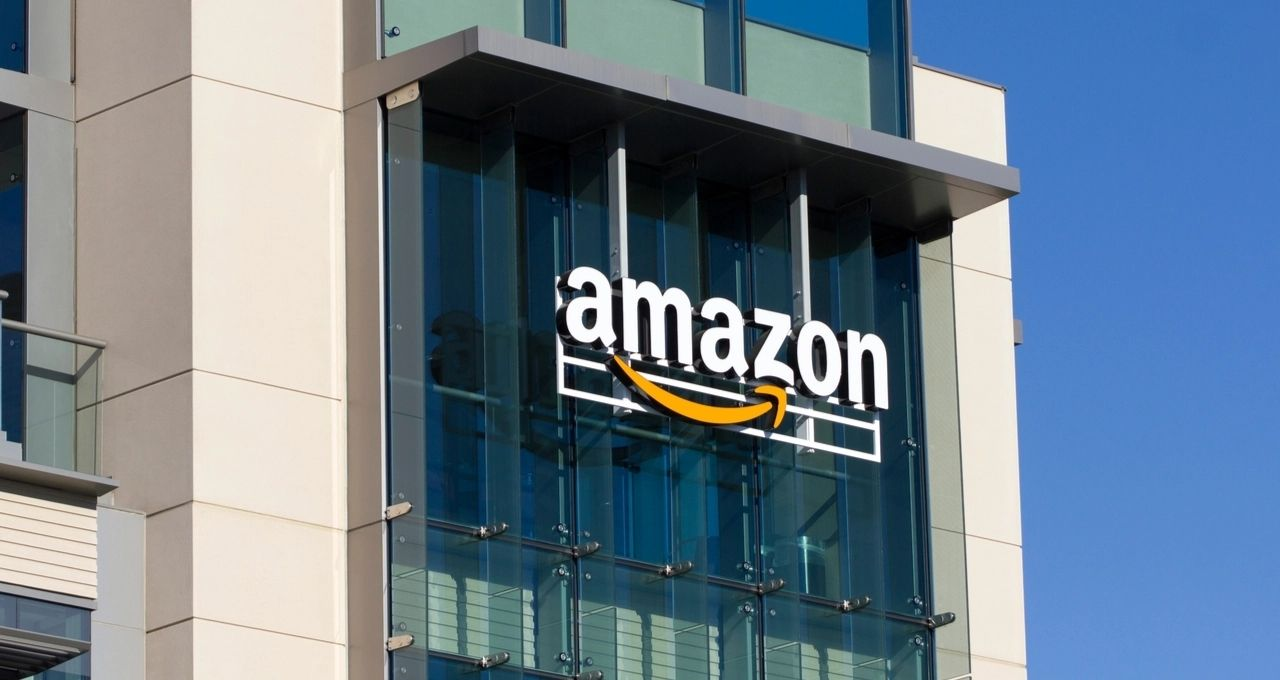 Prédio da Amazon com letreiro da marca centralizado na imagem