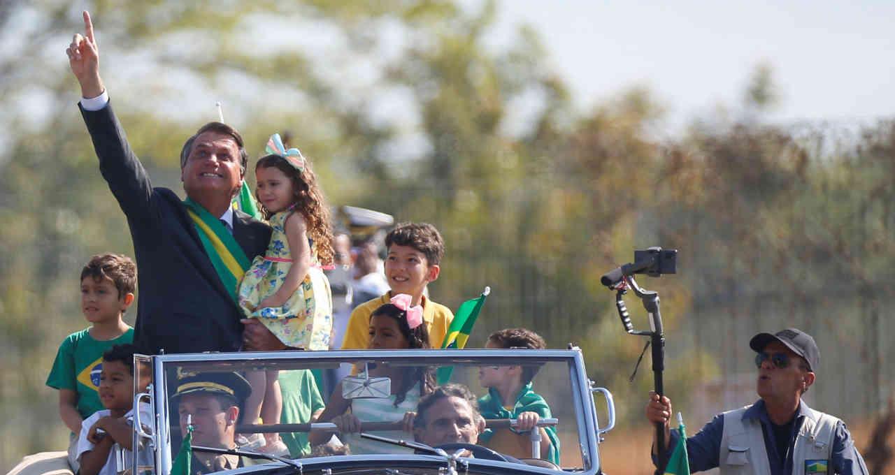 Bolsonaro se desloca para cerimônia pelo Dia da Independência, em Brasília, carro conduzido pelo ex-piloto Nelson Piquet
