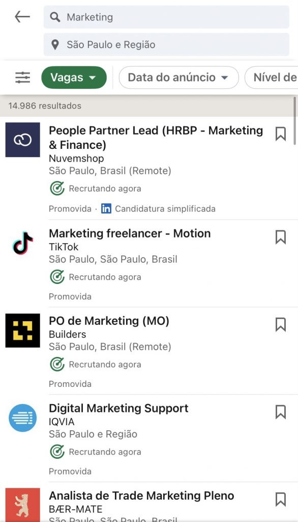 Print da tela de um celular mostrando as vagas de marketing no LinkedIn